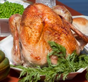 Cooked turkey with green peas and roll