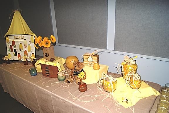 FCS Agents shows off honey table display! - Image Credit Matthew Orwat UF IFAS Extension